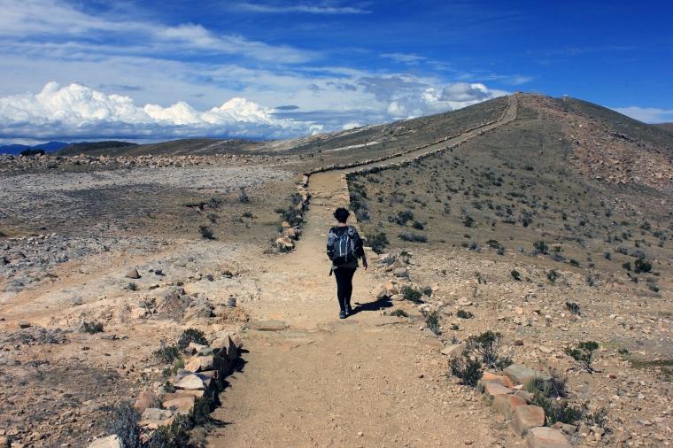 Isa haciendo el trekking por la isla