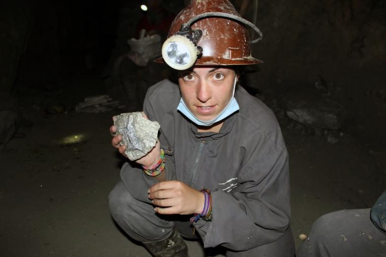 Isa minera inspeccionando los minerales