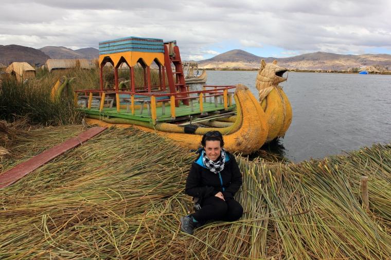 Isa con el barco hecho de totora