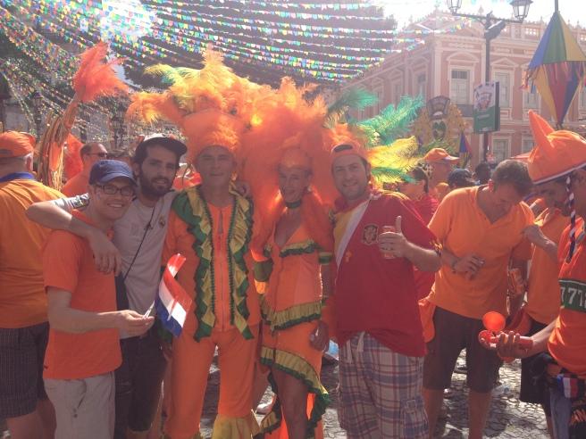 Mark, Alejandro y Manu con la afición holandesa