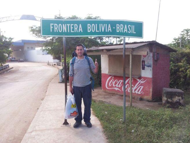 Manu cruzando la frontera con la bolsa!