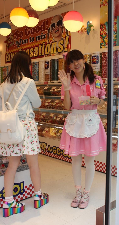 Dependienta de tienda de chuches en Tokio