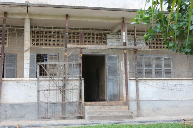 Entrada a uno de los edificios del S-21